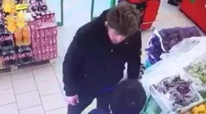 Охраник в магазине наказывает за кражу