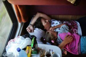 Какие места в купе лучше выбрать в поезде с ребенком